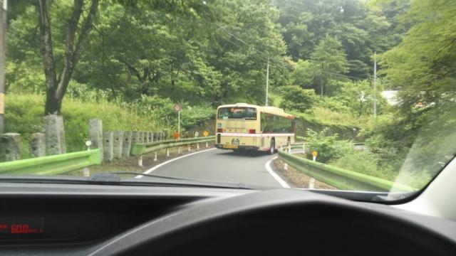 狭い道を行く西東京のバス