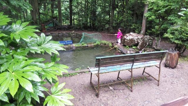 娘、広々した池でイワナを釣る