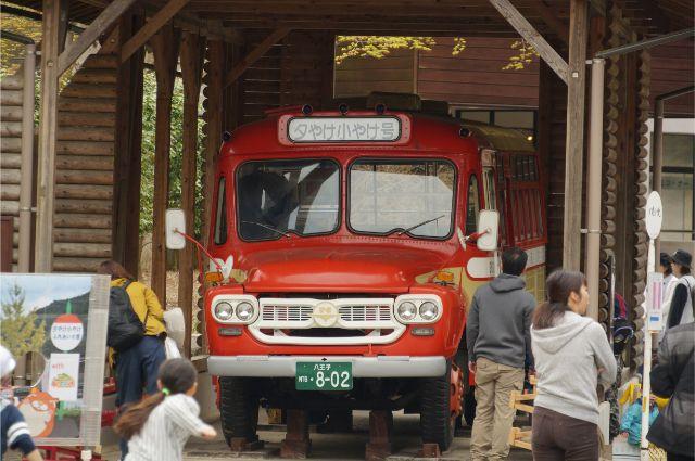 夕焼け小焼けふれいいの里に保存されているいすゞのボンネットバス