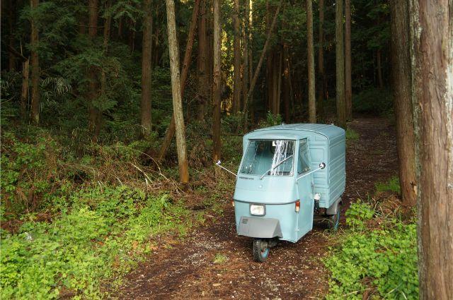林道を行くアジオベスパカーアペ