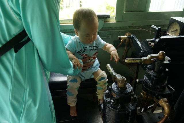 青梅鉄道公園のハチロクの機関士席でブレーキを扱いたそうな息子