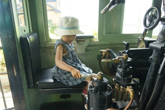青梅鉄道公園のハチロクの機関士席に座った娘