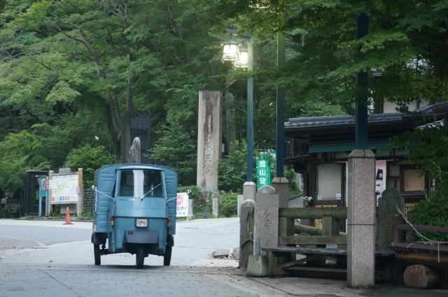 高尾山口の参道の緑とピアジオベスパカー