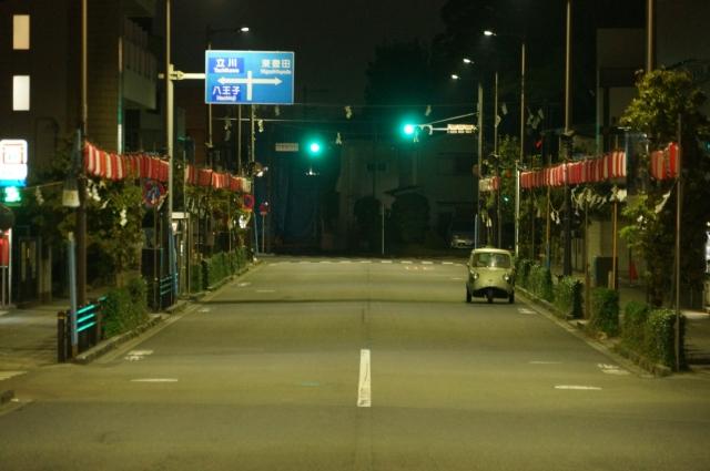 日野駅から東へ向かう神輿が練り歩くメインストリートの早朝とミゼット