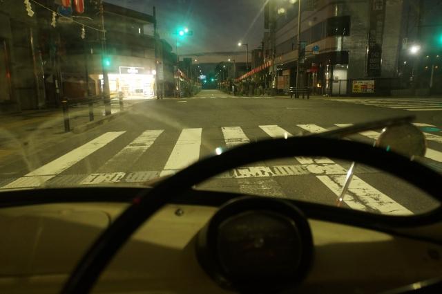 提灯ストリートを走るミゼット