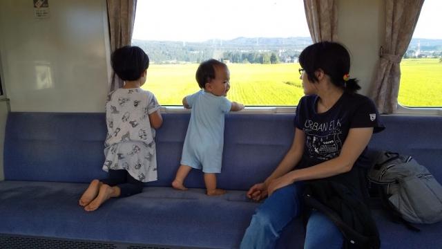 飯山線に乗る親子