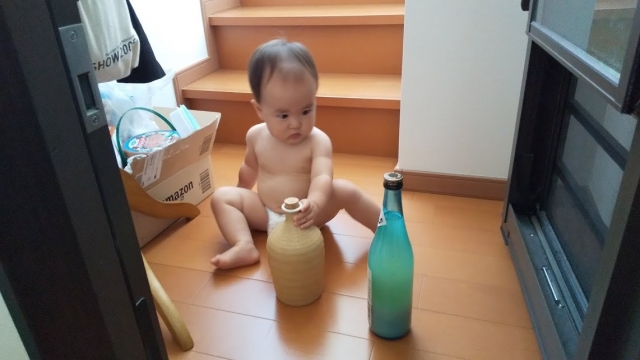 酒瓶で遊ぶ
