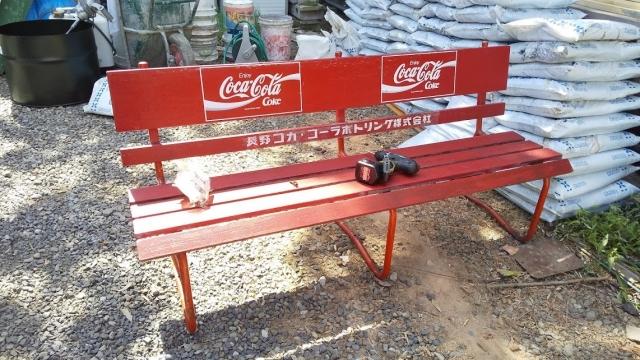 組み立てています、コカ・コーラのベンチ