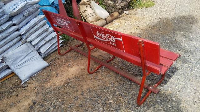 コカ・コーラのベンチ斜め後ろから