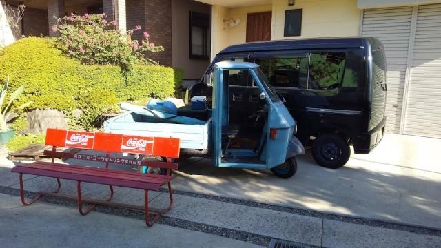 三輪車とコカ・コーラベンチ