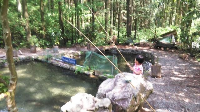 辻野養魚場で釣りをする娘