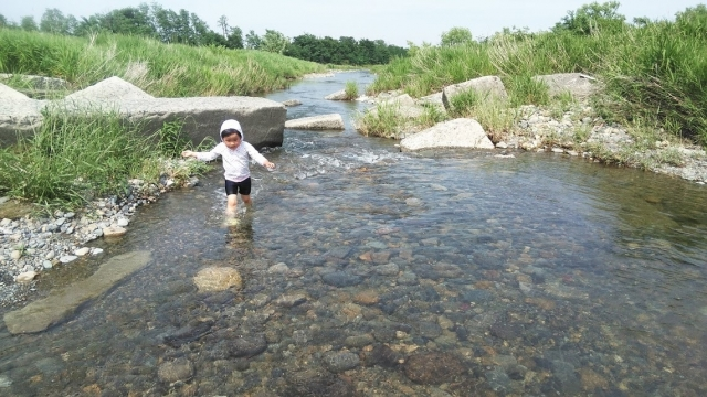 日野用水堰下流の渓流のような場所で遊ぶ娘