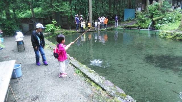 娘がニジマスを釣る