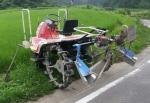 田植え機を改良して乗用溝切り機