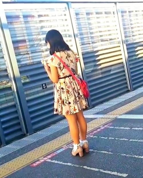駅のホームでスカートめくりしてる画像 1