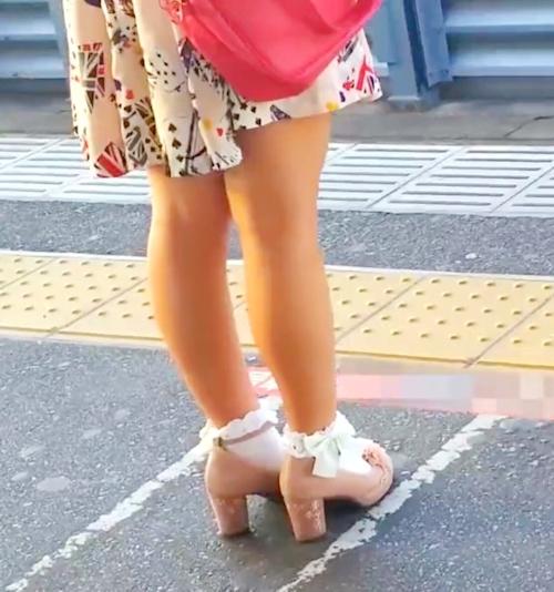 駅のホームでスカートめくりしてる画像 2