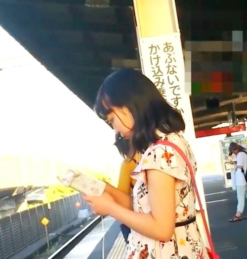 駅のホームでスカートめくりしてる画像 4