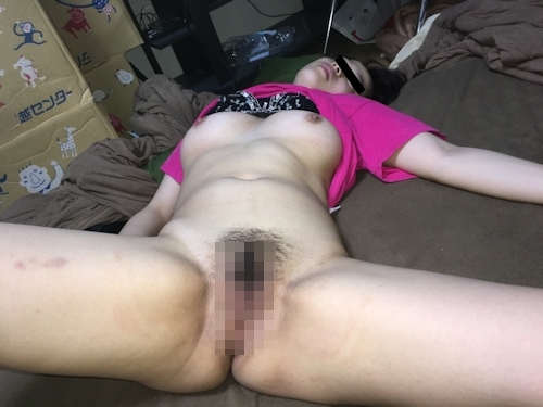 熟睡してる素人女性の服を脱がしてるヌード画像 5