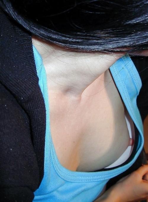 胸チラ乳首見え画像 15