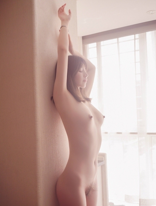 美乳な極上美女のヘアヌード画像 3