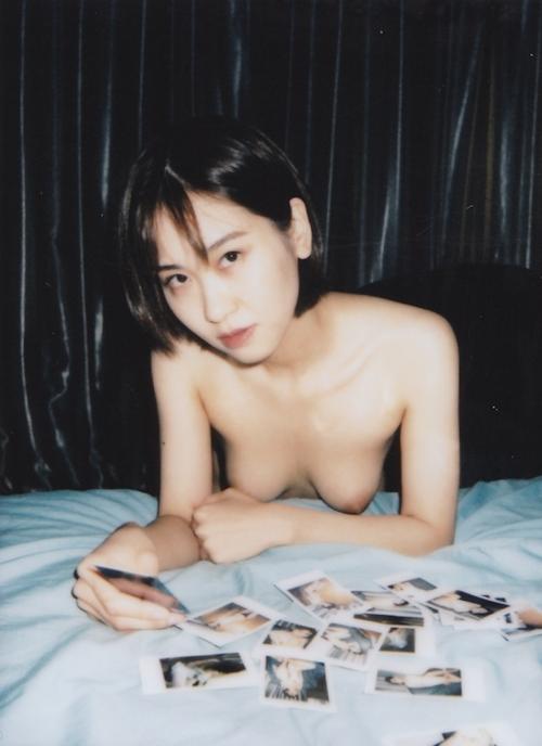 ポラロイド写真で撮影した素人美女のプライベートヌード画像 9