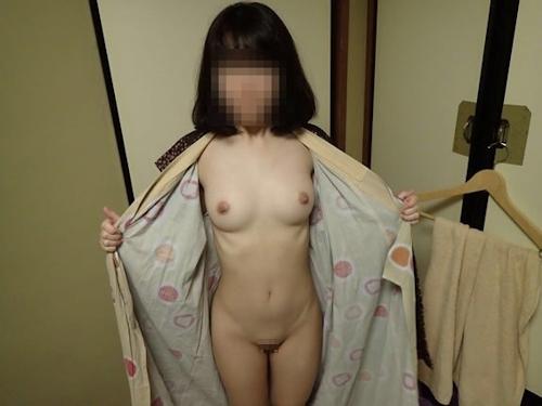 美乳&パイパン素人女性を旅館でハメ撮りした画像 3