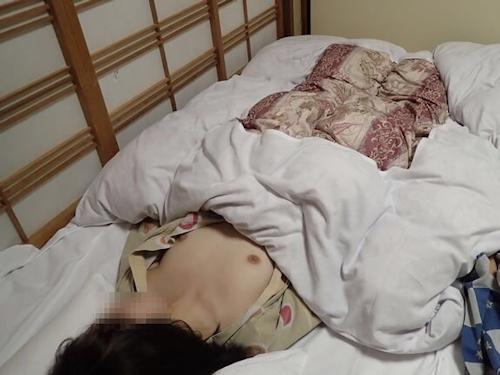 美乳&パイパン素人女性を旅館でハメ撮りした画像 5