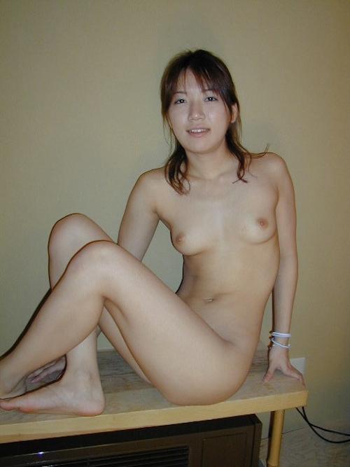 美乳な素人美女のヌード画像 13