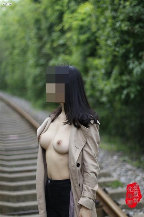線路で撮影した美乳おっぱい 3