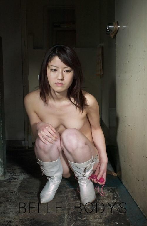 スレンダー微乳な美女のピンクローターオナニーヌード画像 1