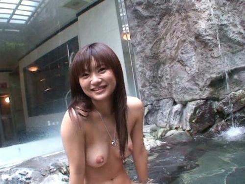 素人美女を露天風呂で撮影したヌード画像 1