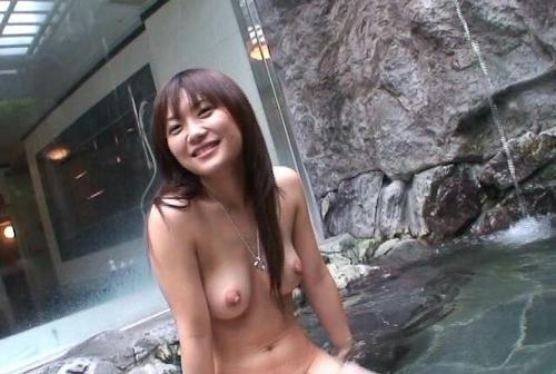 素人美女を露天風呂で撮影したヌード画像 3