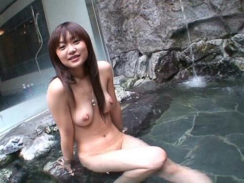 素人美女を露天風呂で撮影したヌード画像 4