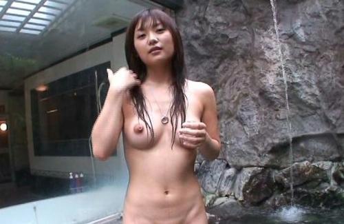 素人美女を露天風呂で撮影したヌード画像 13