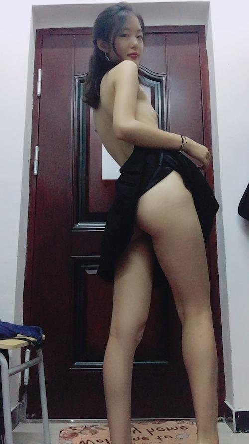 スレンダー微乳なアジア系素人女性の自分撮りヌード画像 2