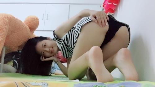 スレンダー微乳なアジア系素人女性の自分撮りヌード画像 5