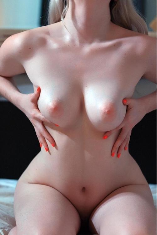 巨乳で陰毛の濃い素人女性の自分撮りヌード画像 1