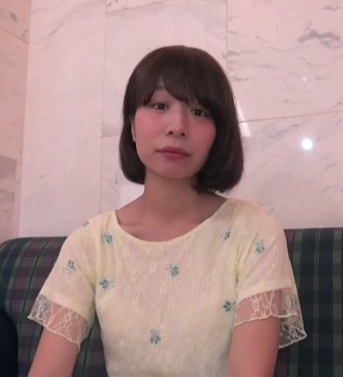 スレンダー微乳な素人女性のM字開脚ヌード画像 1