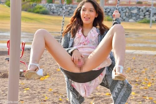 ノーパンでブランコに乗る美女のセクシーマ○コ画像 9