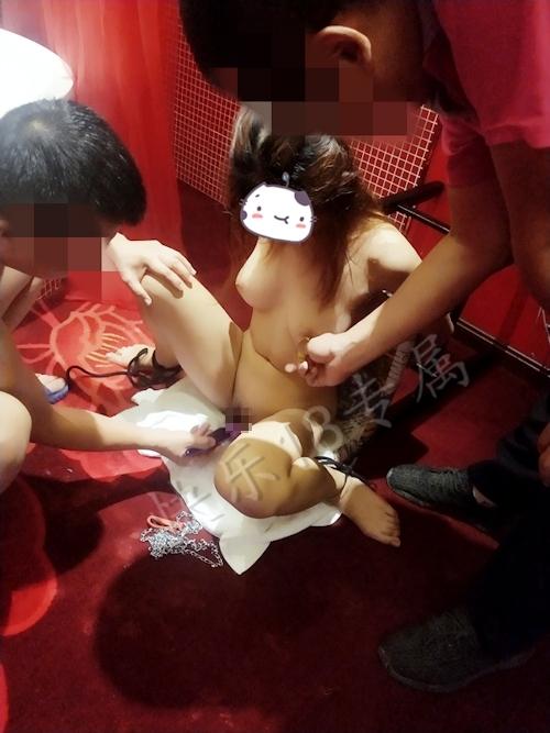 巨乳な18歳少女の性奴隷を調教してるヌード画像 6