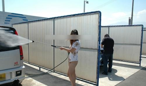 車の洗車場で露出プレイ&野外セックスしてる画像 2