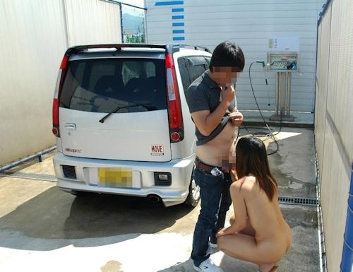 車の洗車場で露出プレイ&野外セックスしてる画像 4