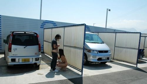 車の洗車場で露出プレイ&野外セックスしてる画像 5