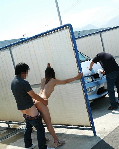 車の洗車場で露出プレイ&野外セックスしてる画像 6