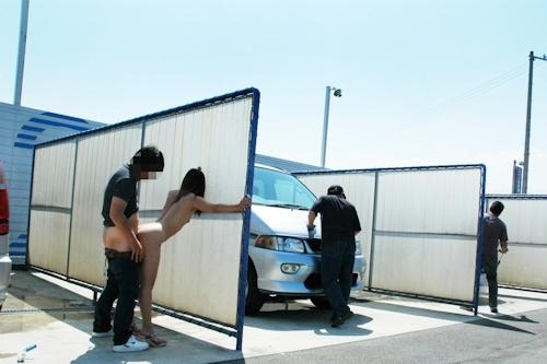車の洗車場で露出プレイ&野外セックスしてる画像 7
