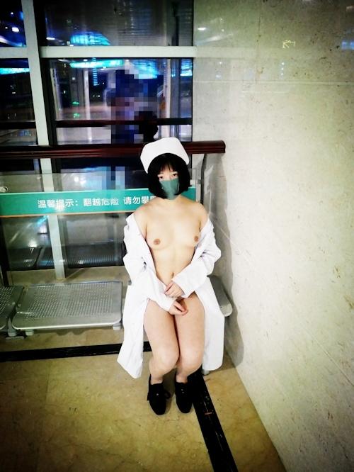 病院内で全裸露出プレイしてるナースのヌード画像 4