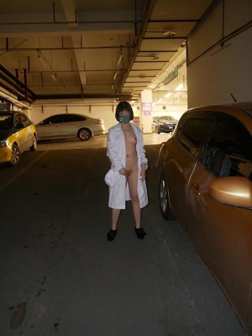 病院内で全裸露出プレイしてるナースのヌード画像 5