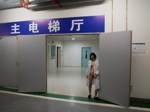 病院内で全裸露出プレイしてるナースのヌード画像 8
