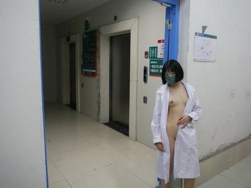 病院内で全裸露出プレイしてるナースのヌード画像 9