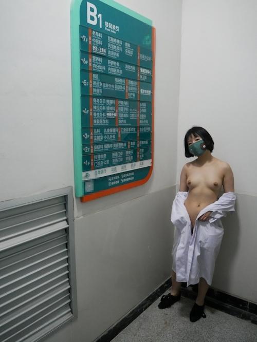 病院内で全裸露出プレイしてるナースのヌード画像 10